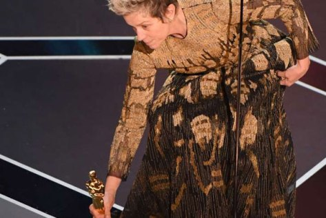 frances-mcdormand-sets down or picks up her Oscar
